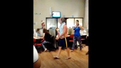 VIDEO / Cansado de estar sin luz un platense fue a bañarse a las oficinas de Edelap