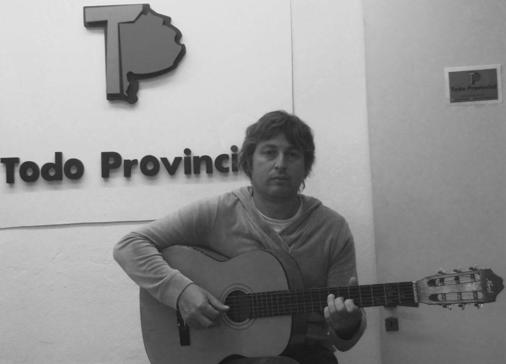 YUYI, con su guitarra en mano