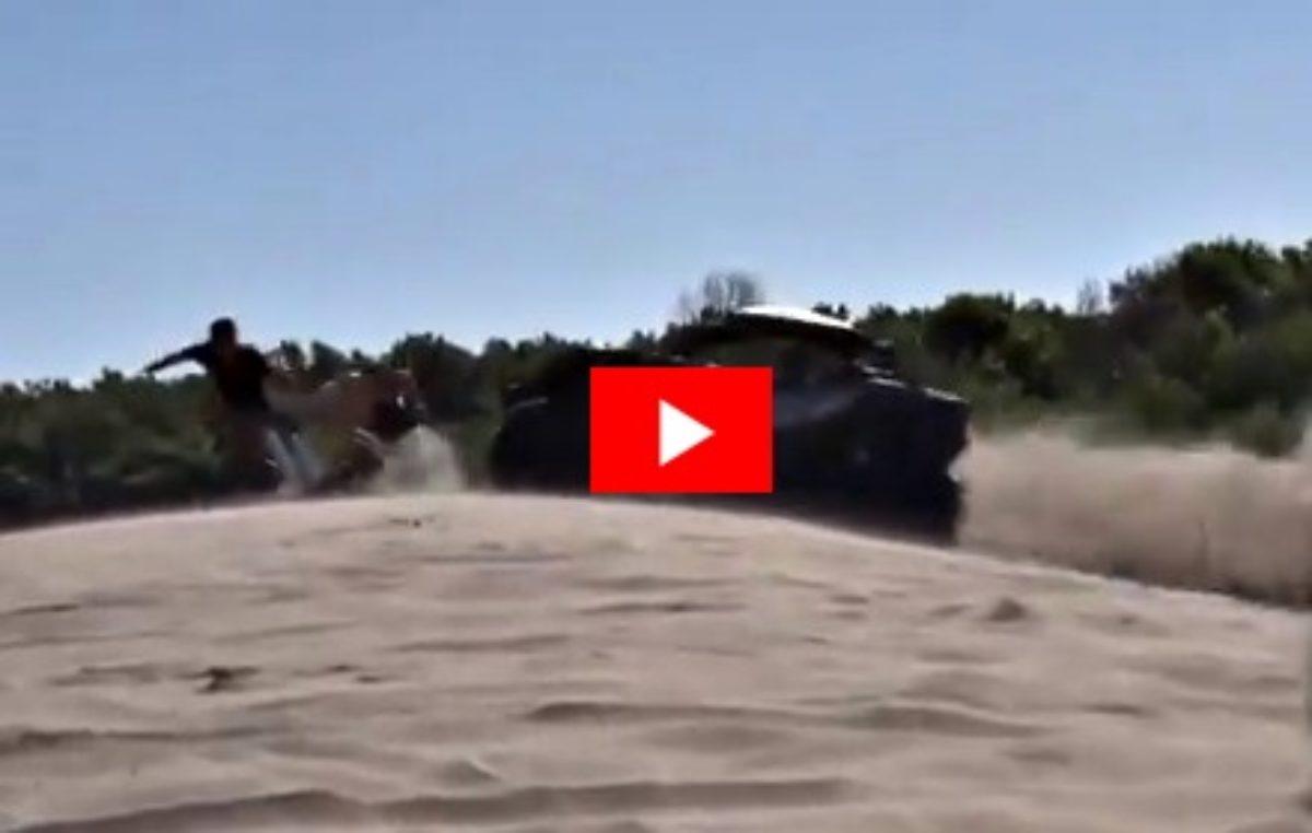 VIDEO / Un arenero casi atropella a tres jóvenes que tomaban sol en Pinamar