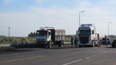 """Continúa el paro de camioneros en distintas rutas del país """"Si el ministro Dietrich nos recibe, levantamos el paro"""""""