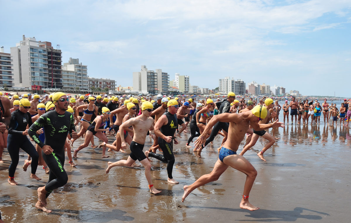 """""""Aguas Abiertas 2018"""": 200 nadadores participaron de la espectacular competencia en Monte Hermoso"""