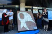 Entregaron pañuelos de baldosas removidas en Plaza de Mayo a Madres de Plaza de Mayo