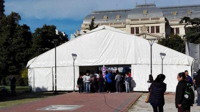 Estatales y docentes aúnan sus reclamos y plantan una carpa frente a Gobernación