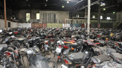 Presos de La Plata fabricarán máquinas de cortar pasto con motos secuestradas por la municipalidad