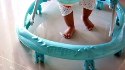El Colegio de Kinesiólogos advierte que el 40% de lesiones en bebés son por el uso de andador